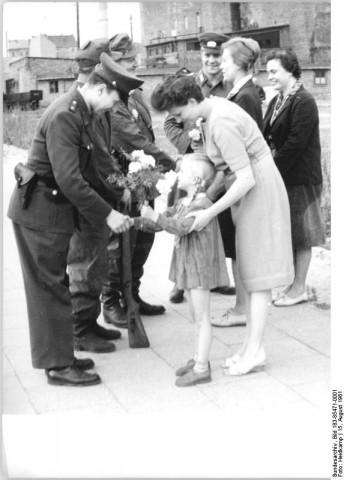 ADN-ZB-Heidkamp-15.8.1961-Die Berliner Bevölkerung fühlt sich mit den bewaffneten Kräften eng verbunden, die zur Sicherung des Friedens in der Hauptstadt der DDR ihren Dienst tun. Am Kontrollpunkt Heinrich-Heine-Straße werden Blumen und kleine Geschenke übergeben. Veröffentlichung nur mit Genehmigung der Pressestelle des MDI -